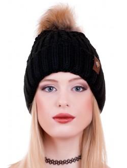 Черна шапка с естествена помпон
