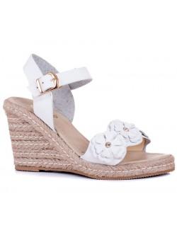 Бели сандали с цветя на платформа